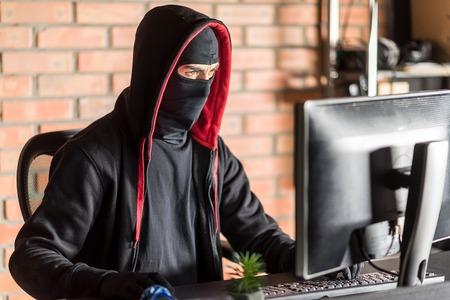 Restrained computer burglar robbing information