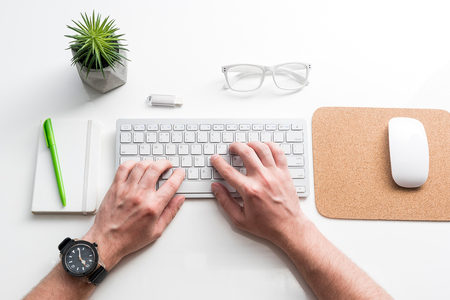 Empleado está escribiendo mientras se está sentado en el lugar de trabajo Foto de archivo - 80041440