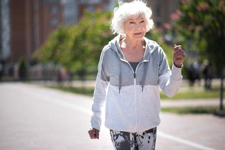 元気にアウトドア スポーツをする女性が高齢者