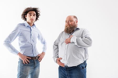 自信を持って薄くて太い男性がポーズ