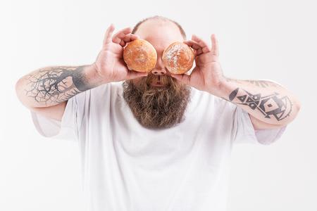 쾌활한 두꺼운 사람이 건강에 해로운 음식과 재미 스톡 콘텐츠 - 80596599