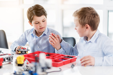 호기심 많은 바쁜 아이들이 레고 놀기 스톡 콘텐츠 - 80527769