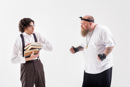 뚱뚱한 수염 난 사람이 수줍어하는 학생을 괴롭 히다.