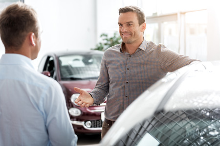 Vrolijk mannetje verklarend wit verkoper Stockfoto