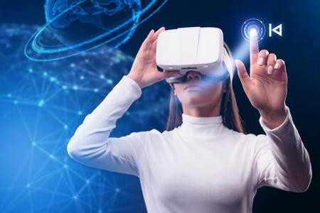 仮想現実デバイスを使用して深刻な若い女性 写真素材