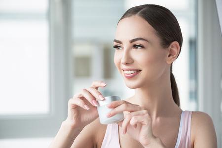 幸せな若々しい女性彼女の肌を気に 写真素材