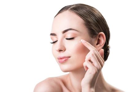 Gioiosa bella ragazza godendo make-up