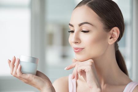 bonne belle femme en appréciant son maquillage