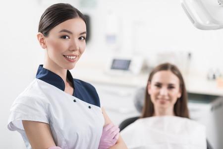 Uitgaande tandarts die zich in kamer bevindt