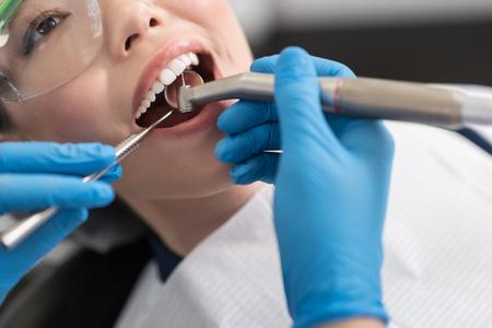 陽気な女性の口腔内を治す歯医者 写真素材