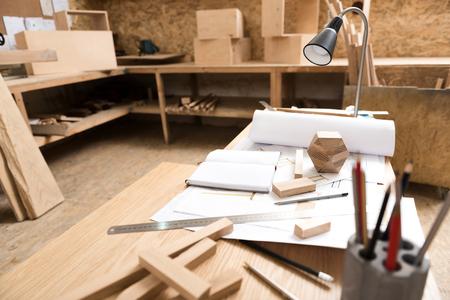 Bureau avec différents instruments en atelier Banque d'images - 81367811