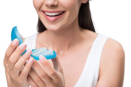Blije jonge vrouw is klaar voor behandeling met clear-aligner