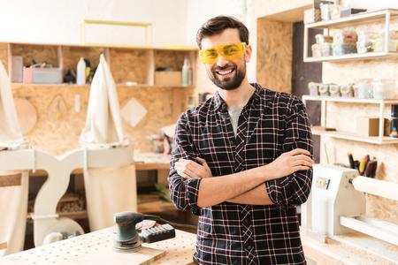 Positiver Tischler genießt Zeit an seinem Job Standard-Bild - 81367960