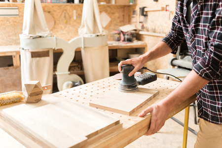 プロ仕様の機器を慎重に苦心している木工家