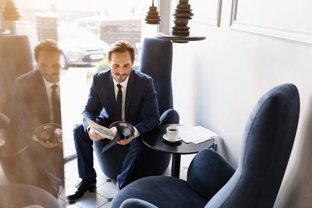 陽気な実業家の食堂で雑誌で接待