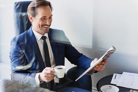 카페에서 커피를 마시는 쾌활한 사업가