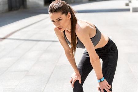 조깅 후에 여성 운동 선수가 고갈됩니다.