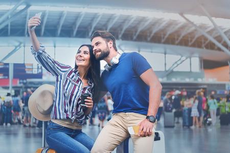 陽気な笑みを浮かべて乗客の写真を作る
