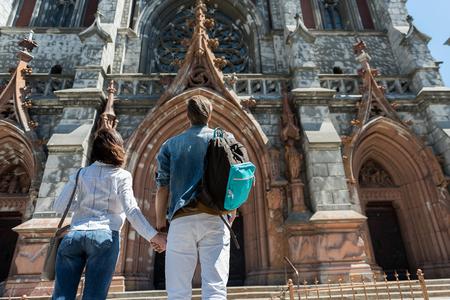Jeugdige man en vrouw die oude stadsarchitectuur bezienswaardigheden bezoeken