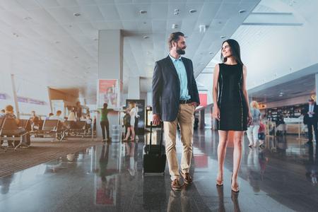 Eleganter Mann und Frau sprechen miteinander Standard-Bild - 82764958
