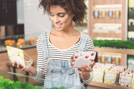 Joyful young woman fait des achats Banque d'images - 83185910