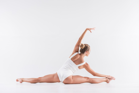 salud sexual: Youthful sport lady performing stretching workout
