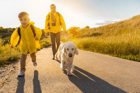 Amigável família viajando na natureza com animal de estimação