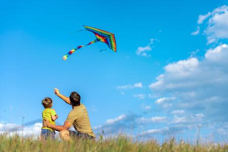 Enthousiaste garçon et l & # 39 ; homme jouant avec jouet volant sur le champ Banque d'images - 84039338