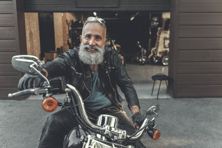 Gelukkige glimlachende oude man klaar voor reis