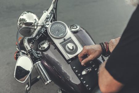 현대 오토바이에 앉아있는 남자