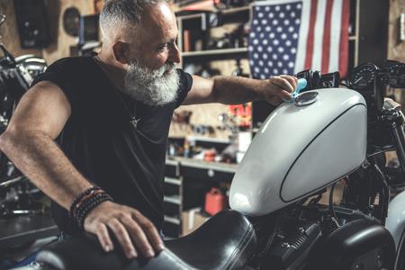 バイクの近く喜んで老人