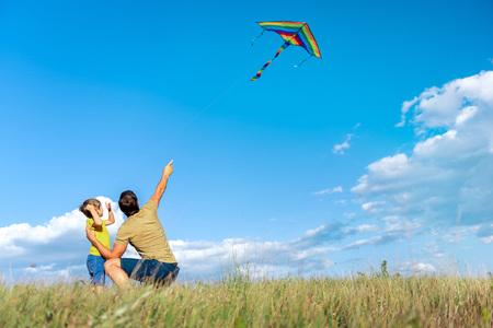 Joyeux père et enfant jouant ensemble sur les prairies Banque d'images - 84012359