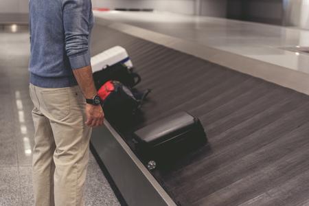 Mens die dichtbij bagage bij terminal de plaats bepalen