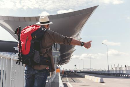 Oude man die door lifter reist Stockfoto