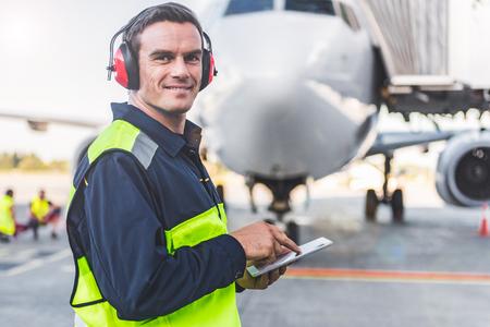 Feliz mecánico teniendo trabajo en aeródromo Foto de archivo - 86176291