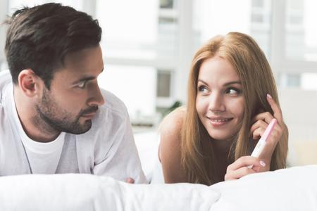 Un tipo conmocionado descubre que su esposa está embarazada Foto de archivo - 86892183