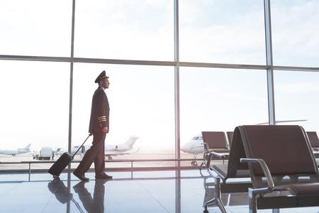 飛行士、待合ホールを歩く 写真素材