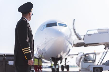 Aviator looking at big plane 版權商用圖片