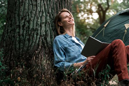 자연에서 문학을 읽는 행복 한 여자 스톡 콘텐츠 - 87947599