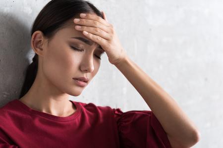 젊은 여자는 고통을 느끼고있다.