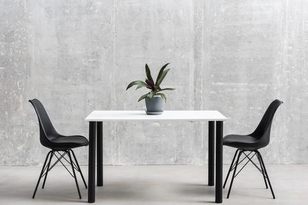 테이블과 의자가 실내에 있습니다. 스톡 콘텐츠 - 88098656