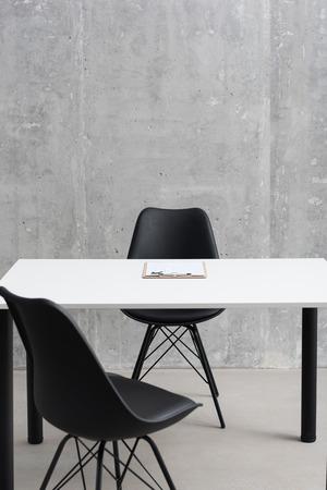 아파트에 책상과 좌석 배치 스톡 콘텐츠 - 88160399
