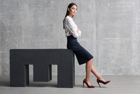 Überzeugte asiatische Frau, die Geschäftserfolg erzielt Standard-Bild