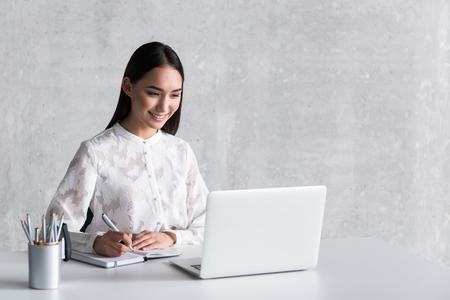 노트북을 쓰는 웃기는 웃는 숙녀