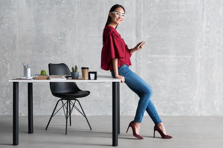 Freundliche Frau, die ihre Geschäftsarbeit genießt Standard-Bild