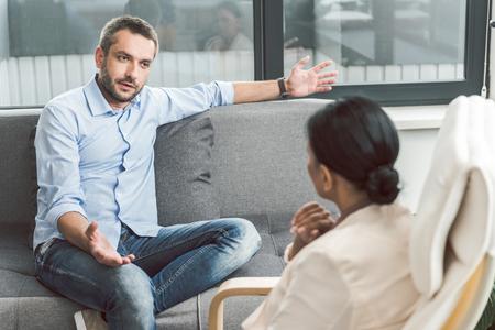 精神療法医の男性の訪問者を恥ずかしい 写真素材