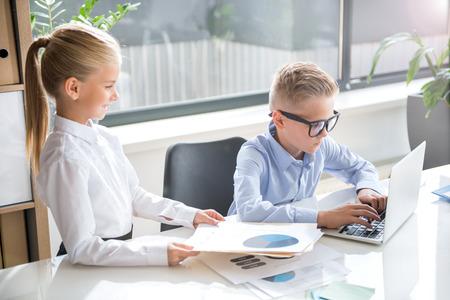 Verantwoordelijke kinderen werken met plezier