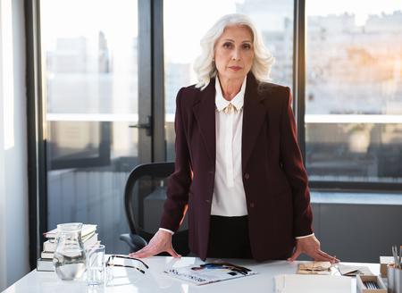 공인 된 고위 여성이 전문성을 보여주고 있습니다. 스톡 콘텐츠