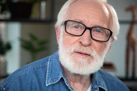Bouchent le portrait d'un vieil homme barbu pensif, regardant la caméra. Il exprime la sincérité, l'ouverture tandis que son ?il est rempli de nostalgie Banque d'images - 91857680