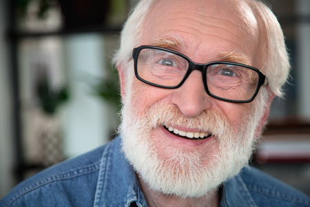 Szczera radość. Bliska portret szczęśliwy emeryta wyrażający radość i otwartość